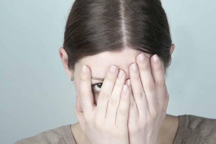 femme se couvrant le visage