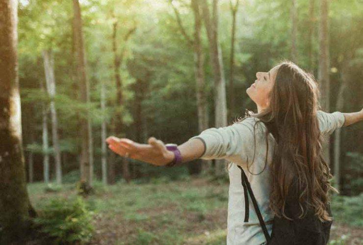 fille dans ouvrant ses bras en positivant