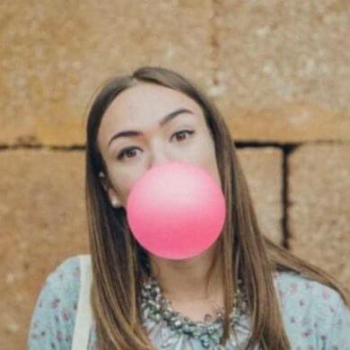 fille bulle de chewing-gum