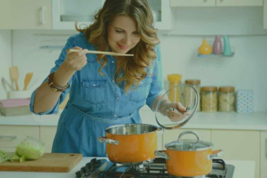 Femme préparant un repas